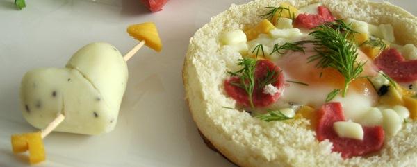 Kahvaltılık peynirli yumurtalı kanepe ve peynirden kalp tarifi